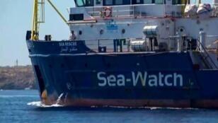 """صورة سفينة سي ووتش ملتقطة من فيديو لمنظمة """"لوكال تيم"""" المحلية صور قبالة جزيرة لامبيدوسا - 26 يونيو/حزيران 2019"""