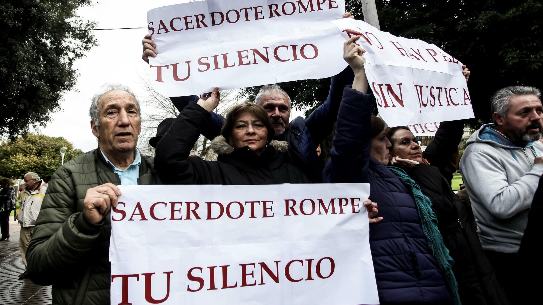"""Miembros de la organización """"Laicos de Osorno"""" participan en una protesta tras una misa celebrada por los enviados especiales del Vaticano, el arzobispo Charles Scicluna y el padre Jordi Bertomeu, en Osorno, el 17 de junio de 2018."""