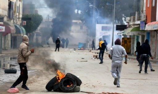 تونسيون يرشقون الشرطة بالحجارة في بن قردان الحدودية مع ليبيا 2 يناير 2017