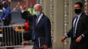 Le président américain élu Joe Biden sort de son quartier général de transition à Wilmington, dans le Delaware, aux États-Unis, le 10 novembre 2020.