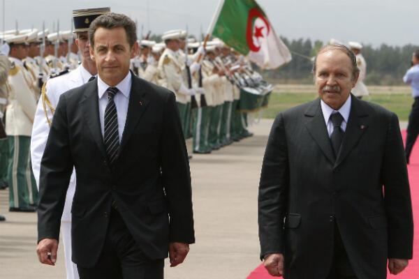 Nicolas Sarkozy avec son homologue algérien Abdelaziz Bouteflika, lors de sa visite à Alger le 10 juillet 2007.