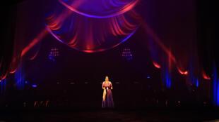 La légende égyptienne Oum Kalthoum a illuminé l'Opéra du Caire vendredi 6 mars le temps d'une chanson grâce à la technologie de l'hologramme.