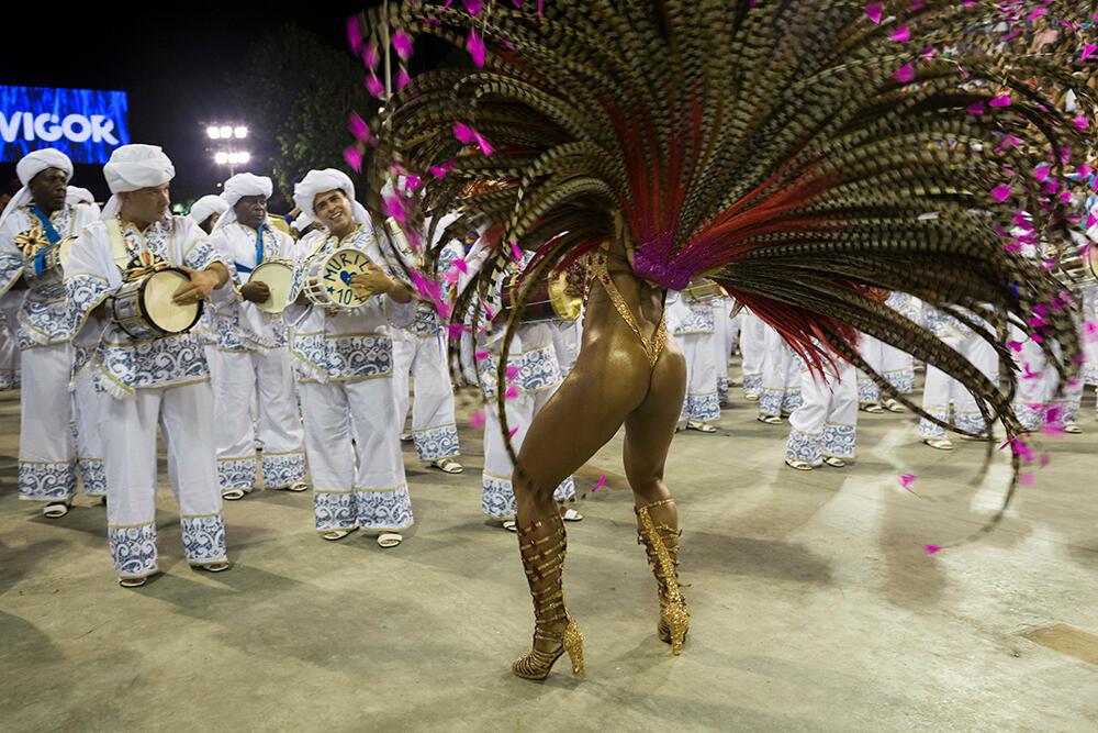 La reina de la batería es una de las figuras más emblemáticas de las escuelas de samba. Se encarga de animar a los percusionistas bailando y luciendo vestidos minúsculos a la par de llamativos. Escuela Portela (Carnaval 2019).
