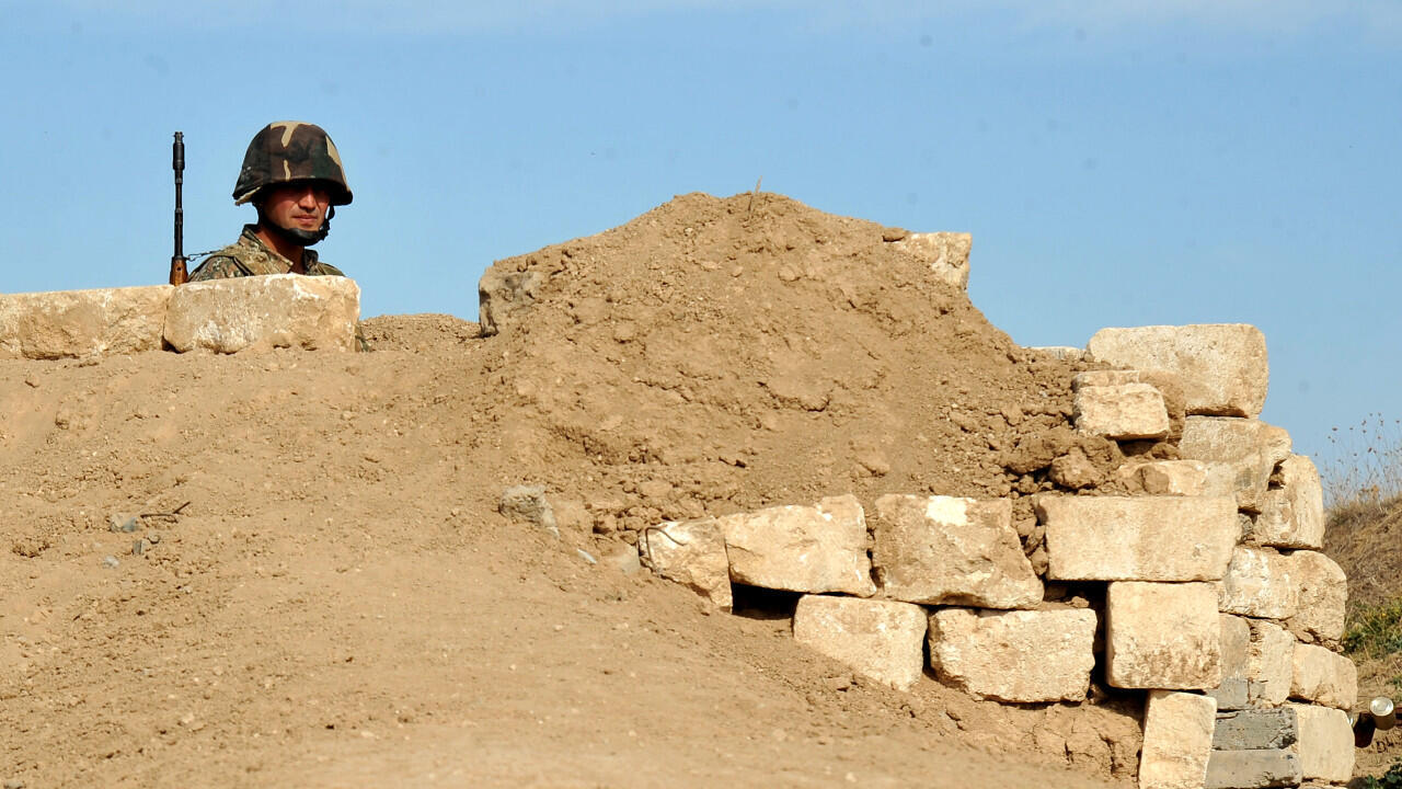 Un soldat arménien de la République autoproclamée du Haut-Karabakh se tient dans une des tranchées sur la ligne de front à la frontière avec l'Azerbaïdjan, le 25 octobre 2012.