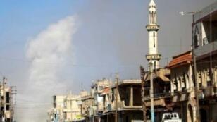 الدخان يتصاعد من موقع تعرض لقصف من قوات النظام في الحراك بريف درعا الشرقي في جنوب سوريا