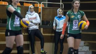 Les joueuses de volley-ball iraniennes Maedeh Borhani et Zeinab Giveh lors d'un entrainement avec leurs coéquipières du club bulgare de Shumen, le 3 février 2017.