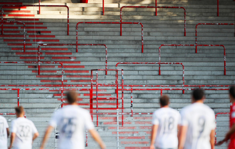 Les tribunes vides sont devenues un spectacle étrangement courant en Europe alors que les ligues de football cherchaient à sauver leurs saisons.