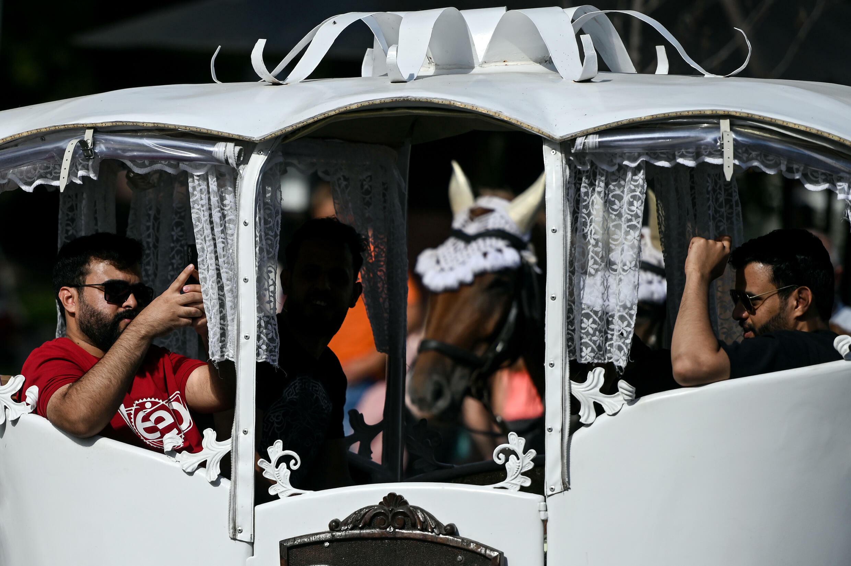 سافر السياح من دول الخليج إلى المدينة بعربة تجرها الخيول في 13 أغسطس 2021 في إلفيف ، أوكرانيا.
