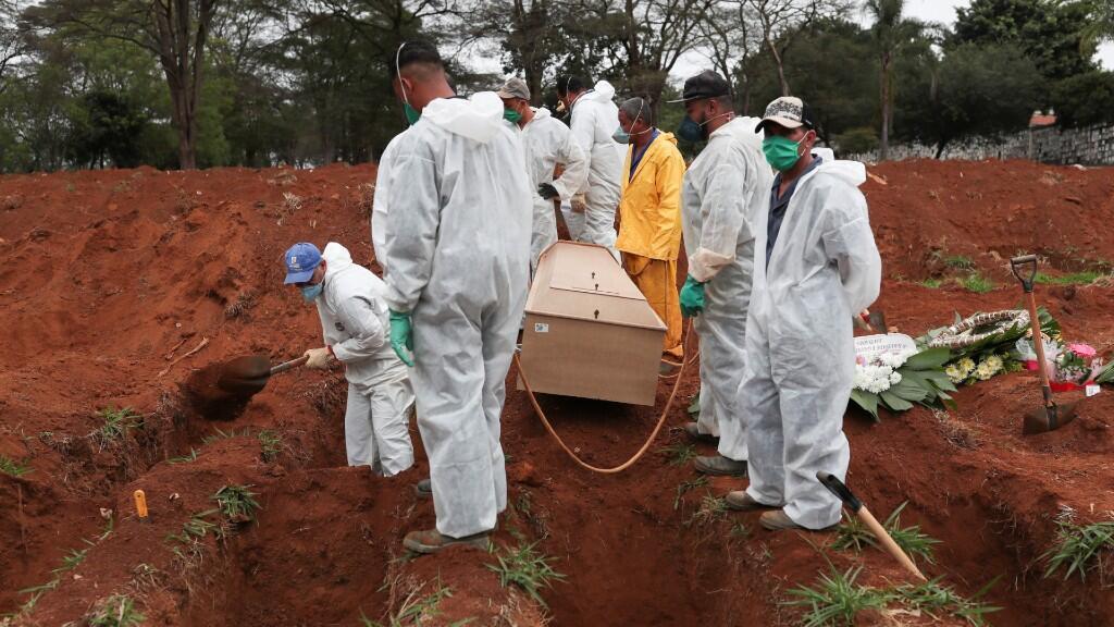 Varios enterradores se disponen a dar sepultura a un hombre fallecido por la enfermedad de Covid-19 en la ciudad de Sao Paulo, Brasil. 26 de junio de 2020.