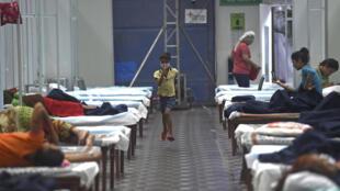 Un niño corre en el interior del complejo deportivo Villa de los Juegos de la Commonwealth de Nueva Delhi, reconvertido en centro de atención temporal del nuevo coronavirus, el 14 de julio de 2020