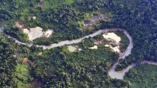 vista aérea del río Timbiqui, con signos de la extracción ilegal de oro, el 9 de agosto de 2016 cerca del municipio de Guapi, departamento de Cauca, Colombia.