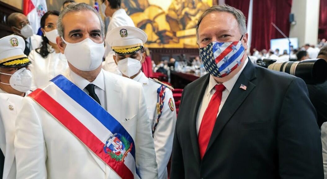 El presidente de República Dominicana, Luis Abinader, durante su ceremonia de posesión posa junto al lado del secretario de Estado de Estados Unidos, Mike Pompeo. En Santo Domingo, República Dominicana, el 16 de agosto de 2020.