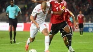 التونسي وهبي الخزري (يسار) في مباراة بلاده ضد ضيفه الليبي في الجولة السادسة الأخيرة من الدور الحاسم للتصفيات الأفريقية المؤهلة إلى مونديال روسيا 2018 في تونس في 11 تشرين الثاني/نوفمبر 2017