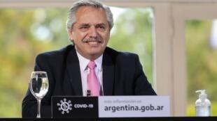 Fotografía divulgada por la presidencia de Argentina que muestra al presidente Alberto Fernández durante un anuncio en la residencia oficial de los Olivos, en Buenos Aires, el 7 de julio de 2020.