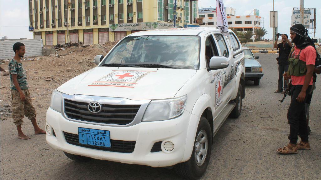 Une voiture de la Croix-Rouge apporte de l'aide aux blessés à Aden, le 15 avril 2015.