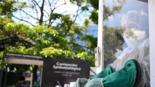 Una funcionaria del Ministerio de Salud salvadoreño trabaja en un puesto de diagnóstico de covid-19 en la Plaza El Salvador Del Mundo, en San Salvador el 23 de septiembre de 2020