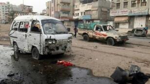سيارات متضررة بعد غارة على الحديدة في اليمن 2 آب/أغسطس 2018