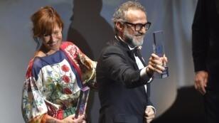 """El chef italiano Massimo Bottura celebra junto a su esposa Lara Gilmord después de haber recibido el premio al Mejor Restaurante durante la gala de """"Los 50 mejores restaurantes del mundo"""" en Bilbao, el 19 de junio de 2018."""