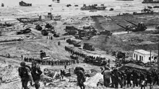 Sur cette photo prise le 6 juin 1944, les Alliés débarquent en Normandie.