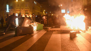 Des participants à Nuit debout en route pour le domicile de Manuel Valls mettent en place une barricade avenue Ledru-Rollin, à Paris.