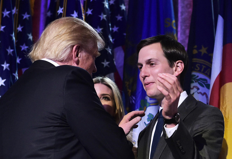 Jared Kushner félicite son beau-père Donald Trump lors de sa victoire à la présidentielle, le 9 novembre 2016.