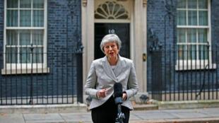 La Première ministre britannique Theresa May s'adresse aux médias devant le 10 Downing street, le 22 novembre 2018.