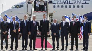 La délégation israélo-américaine emmenée par le gendre de Donald Trump, Jared Kushner, le 31 août 2020, ayant pris place à bord du premier vol commercial entre Israël et les Émirats arabes unis.