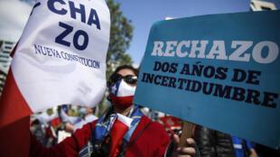 La gente se manifiesta en contra de la modificación de la Constitución establecida bajo el régimen militar de Augusto Pinochet, el 26 de septiembre de 2020 en Santiago