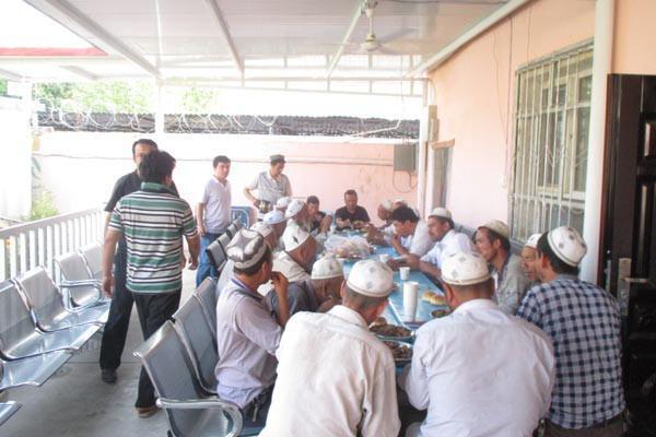 Les autorités diffusent une photo de musulmans attablés pendant le ramadan