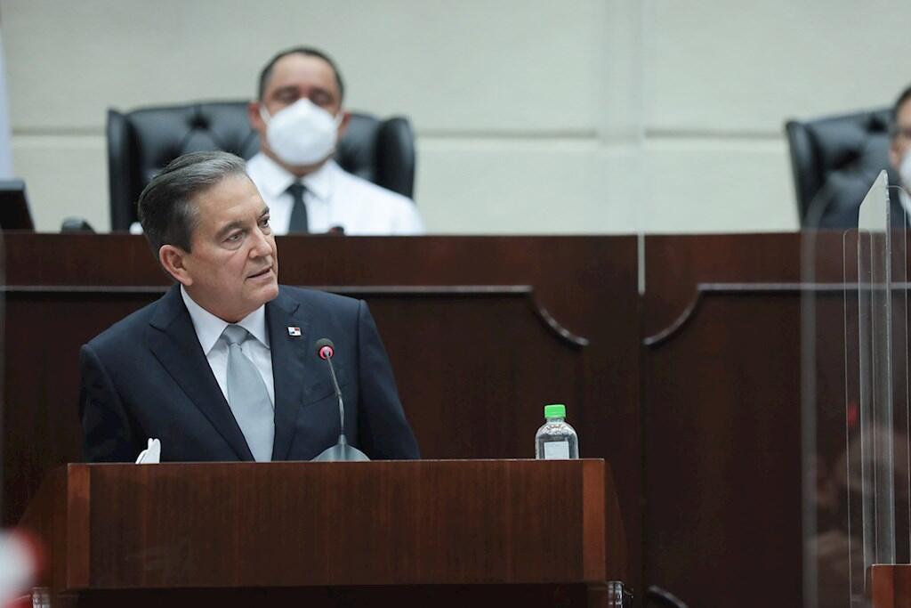 Fotografía cedida por la Presidencia de Panamá que muestra al mandatario, Laurentino Cortizo, mientras pronuncia su primer discurso sobre el Estado de la Nación en la Asamblea Nacional en la Ciudad de Panamá (Panamá).