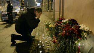 Un homme se receuille près du métro de de Saint-Pétersbourg où 11 personnes ont été tuées dans un attentat.