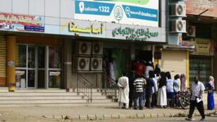 Des habitants de Khartoum font la queue pour retirer des espèces, le 12 juin 2019, alors que la vie reprend son cours dans la capitale soudanaise après trois jours de paralysie.
