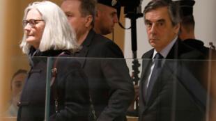 L'ancien Premier ministre français François Fillon et son épouse Penelope arrivant à leur procès, au palais de justice de Paris, le 24 février 2020.