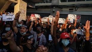 متظاهرون ضد الانقلاب العسكري في بورما خلال مسيرة احتجاجية في رانغون في 8 شباط/فبراير 2021.