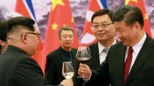 """Kim Jong-un a évoqué son """"engagement à dénucléariser"""" son pays lors de sa rencontre avec le président chinois Xi Jinping"""