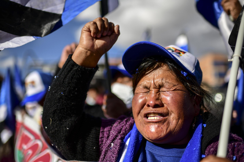 Simpatizante del presidente electo de Bolivia, Luis Arce, del partido MAS de Evo Morales, festeja su victoria el 19 de octubre de 2020 en Senkata, un barrio de El Alto, en Bolivia