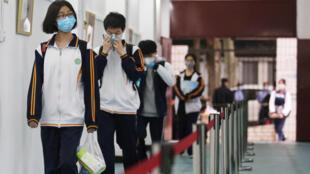 طلاب في المرحلة الثانوية يستأنفون الدراسة في مدرسة في ووهان في الصين في 06 أيار/مايو 2020