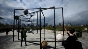 Installation de l'artiste Alicja Kwade sur le toit du Metropolitan Museum, à New York