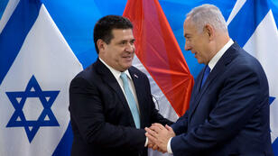 El expresidente paraguayo Horacio Cartes saluda al primer ministro israelí Benjamin Netanyahu durante una reunión en la oficina del primer ministro en Jerusalén, tras la ceremonia de inauguración de la embajada de Paraguay en Jerusalén, el 21 de mayo de 2018.