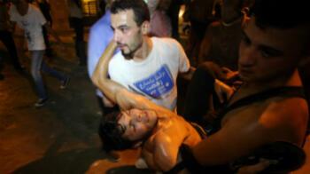 Un manifestant blessé dans les heurts avec la police, le 22 août 2015, à Beyrouth.