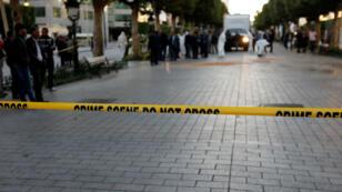 Un cordon de police près de l'endroit où une femme kamikaze a commis un attentat-suicide à Tunis, le 29 octobre 2018.