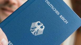 """""""Reichsbürger"""", o """"Ciudadanos del Reich"""", son conocidos por falisificar pasaportes falsos supuestamente emitidos por el """"Reich alemán""""."""