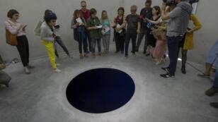 "L'œuvre ""Descent into Limbo"" d'Anish Kapoor à la Fundação de Serralves (Porto, Portugal)."
