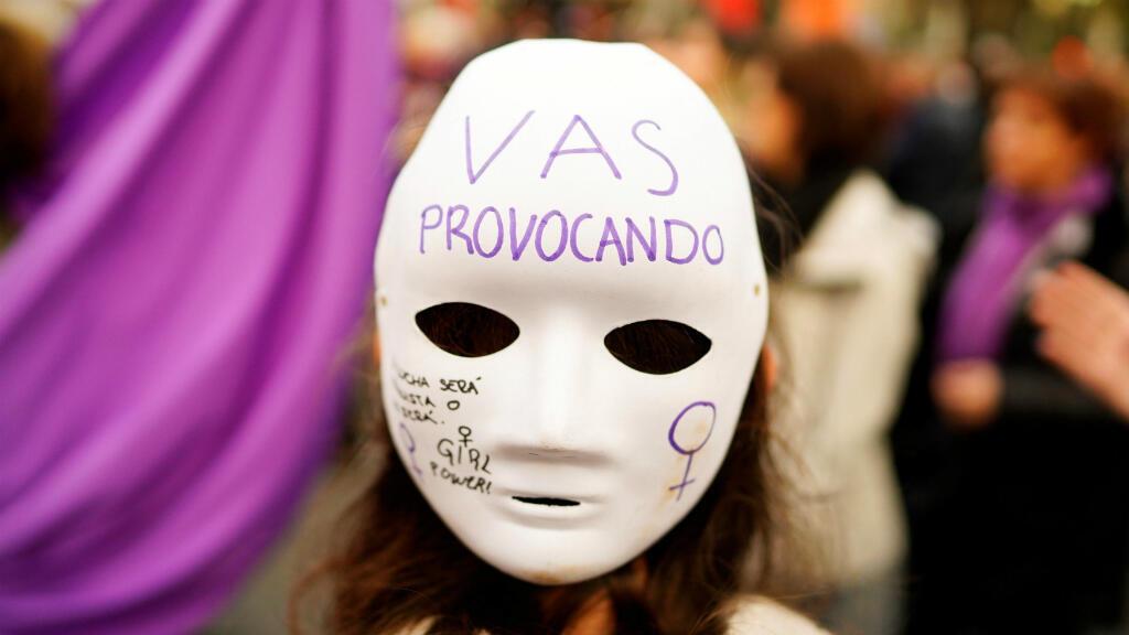 """Una mujer lleva una máscara que dice """"Vas provocando"""" durante una manifestación nacional por los derechos feministas en el marco del Día Internacional de la Mujer. Madrid, España, el 8 de marzo de 2019."""