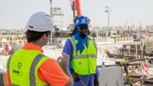 عاملان في منشآت مونديال قطر 2022 في العاصمة الدوحة