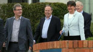 La dirigeante du DUP, Arlene Foster (D), et les députés Jeffrey Donaldson, Nigel Dodds et Gregory Campbell, à Belfast, le 9 juin 2017.