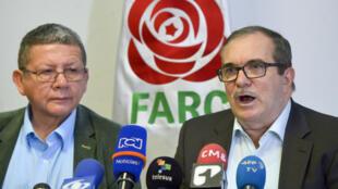 """Los exguerrilleros de las FARC Pablo Catatumbo y Rodrigo """"Timochenko"""" Londoño (D), hablan durante una conferencia de prensa en Bogotá, el 15 de mayo de 2019"""