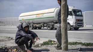 مغربي ينتظر فرصو الدخول إلى ميناء طنجة للعبور إلى إسبانيا بتاريخ 14 آذار/مارس 2020
