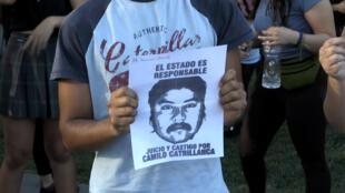 Jóvenes chilenos protestan por la muerte del joven mapuche Camilo Catrillanca supuestamente a manos de la policía, en Santiago, Chile, el 19 de noviembre de 2018.