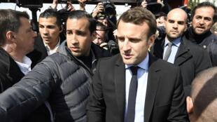 Emmanuel Macron, alors candidat à l'élection présidentielle, accompagné de son garde du corps Alexandre Benalla, le 26 avril 2017.